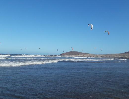 Kitesurfen auf Teneriffa am Strand von El Medano.