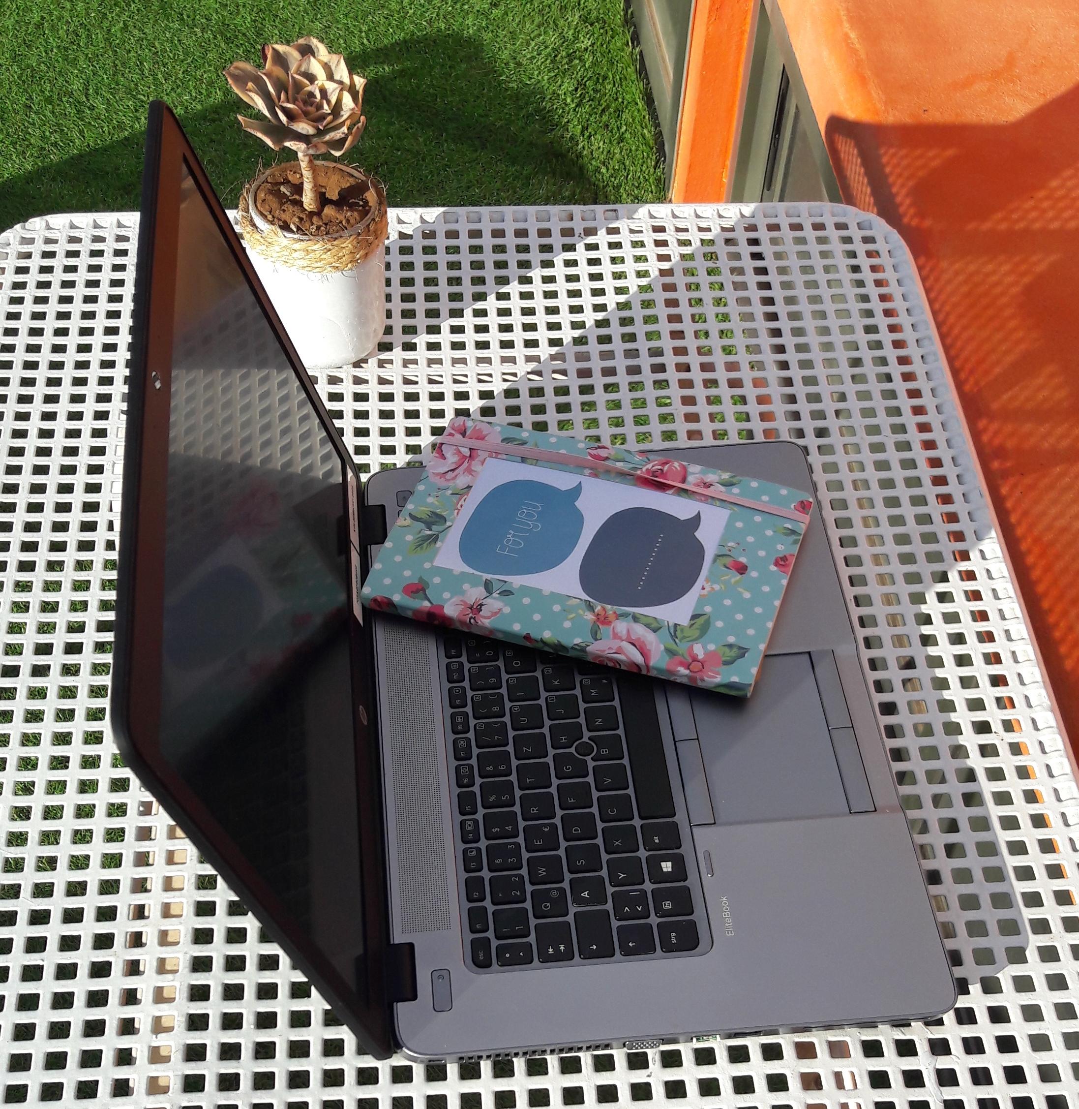 Der digitale Nomade kann arbeiten wo er will - er braucht nur einen Tisch, seinen Computer und gutes Internet.
