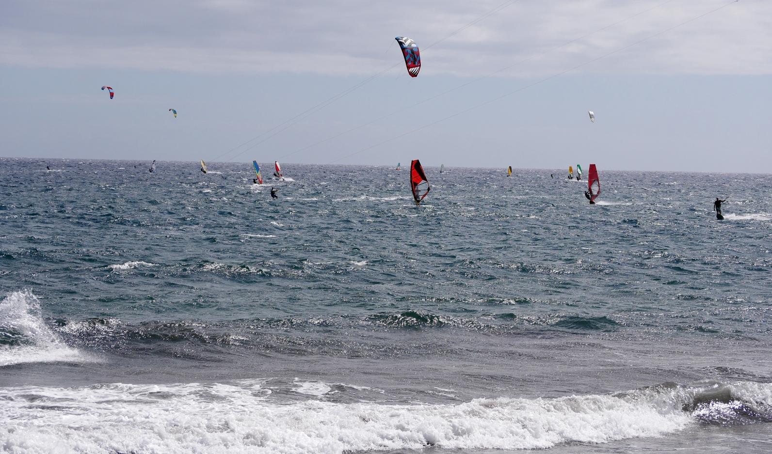 Kitesurfen in El Medano auf Teneriffa ist ein beliebter Outdoor-Sport