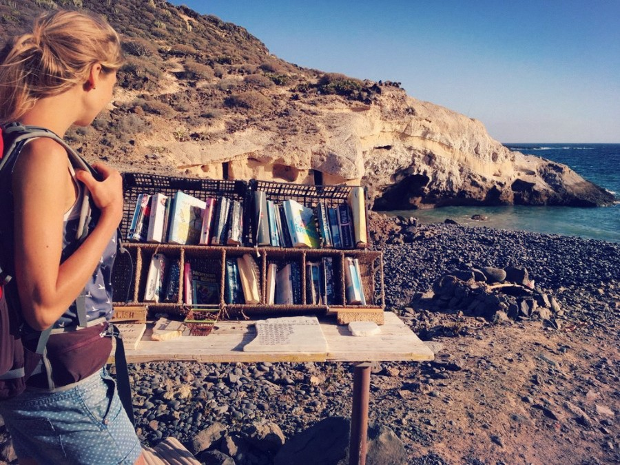 Kostenlose Bücher am Hippie-Strand an der Costa Adeje