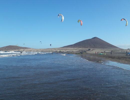 Kitesurfen in El Medano mit Blick auf dem roten Berg