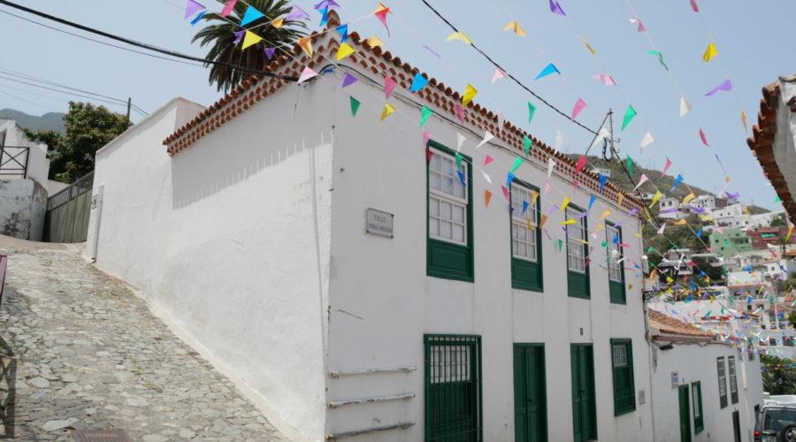 Weiße Häuser und bunt geschmückt: Taganana im Anaga-Gebirge
