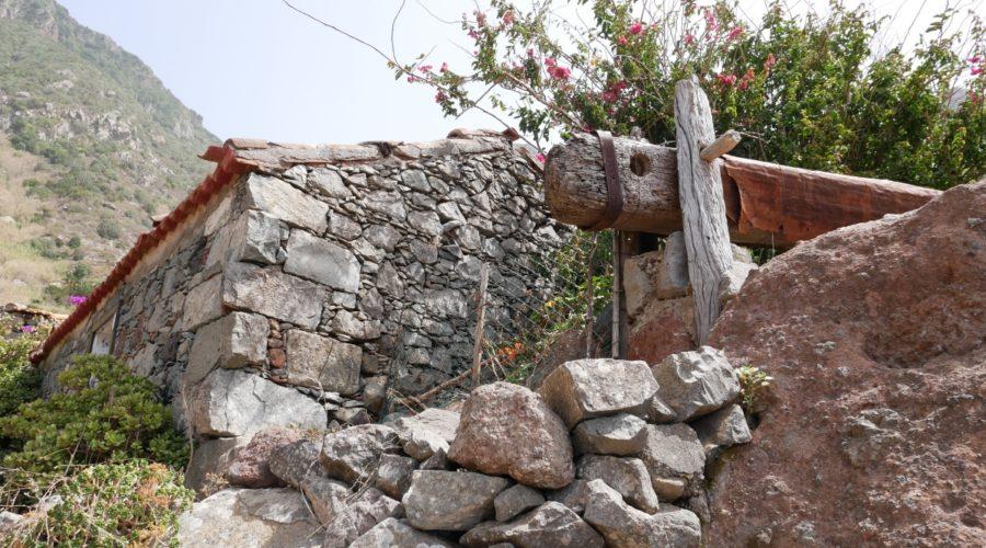 Alte Steinhäuser sieht man beim Wandern im Anaga-Gebirge auf Teneriffa
