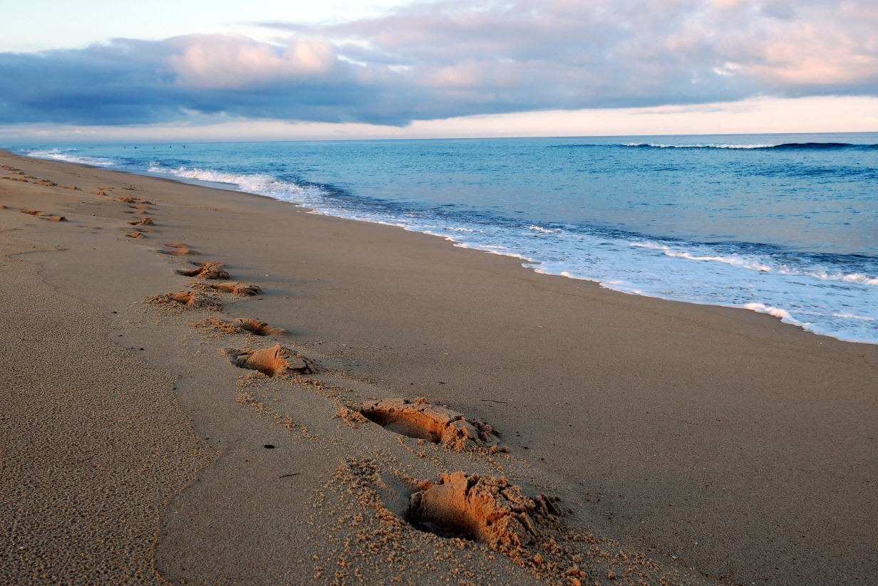 Atlantikküste Frankreich: Fußstapfen im Sand