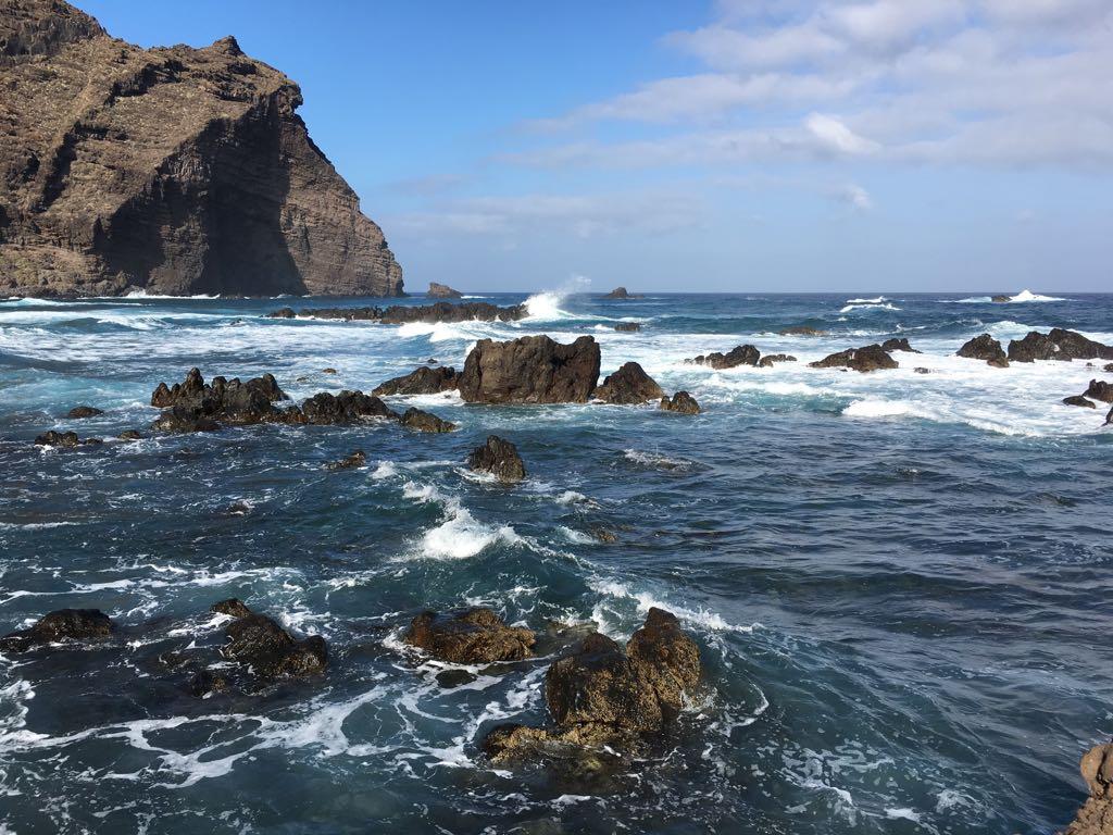 Das Meer am Faro de Teno im Naturschutzgebiet Punta de Teno auf Teneriffa ist glasklar