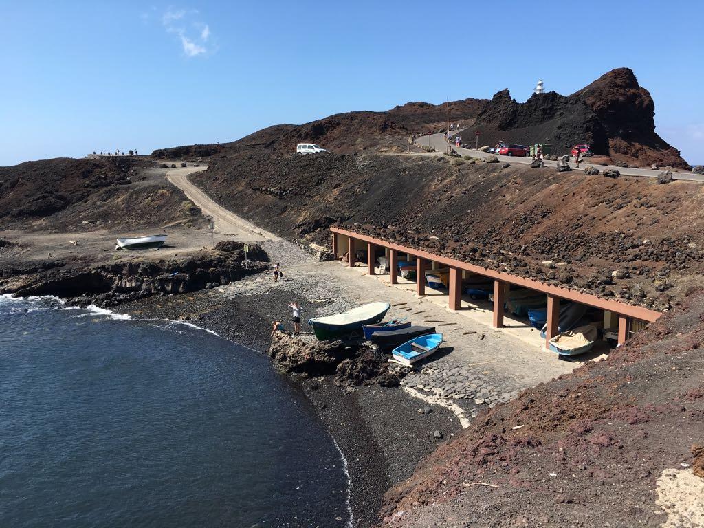 Ein kleiner Hafen mit Angelbooten am Kap Punta de Teno auf Teneriffa