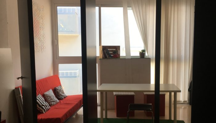 Der Meeting-Raum mit Sofa ist der gemütliche Bereich des Coworking Nomad in Santa Cruz.