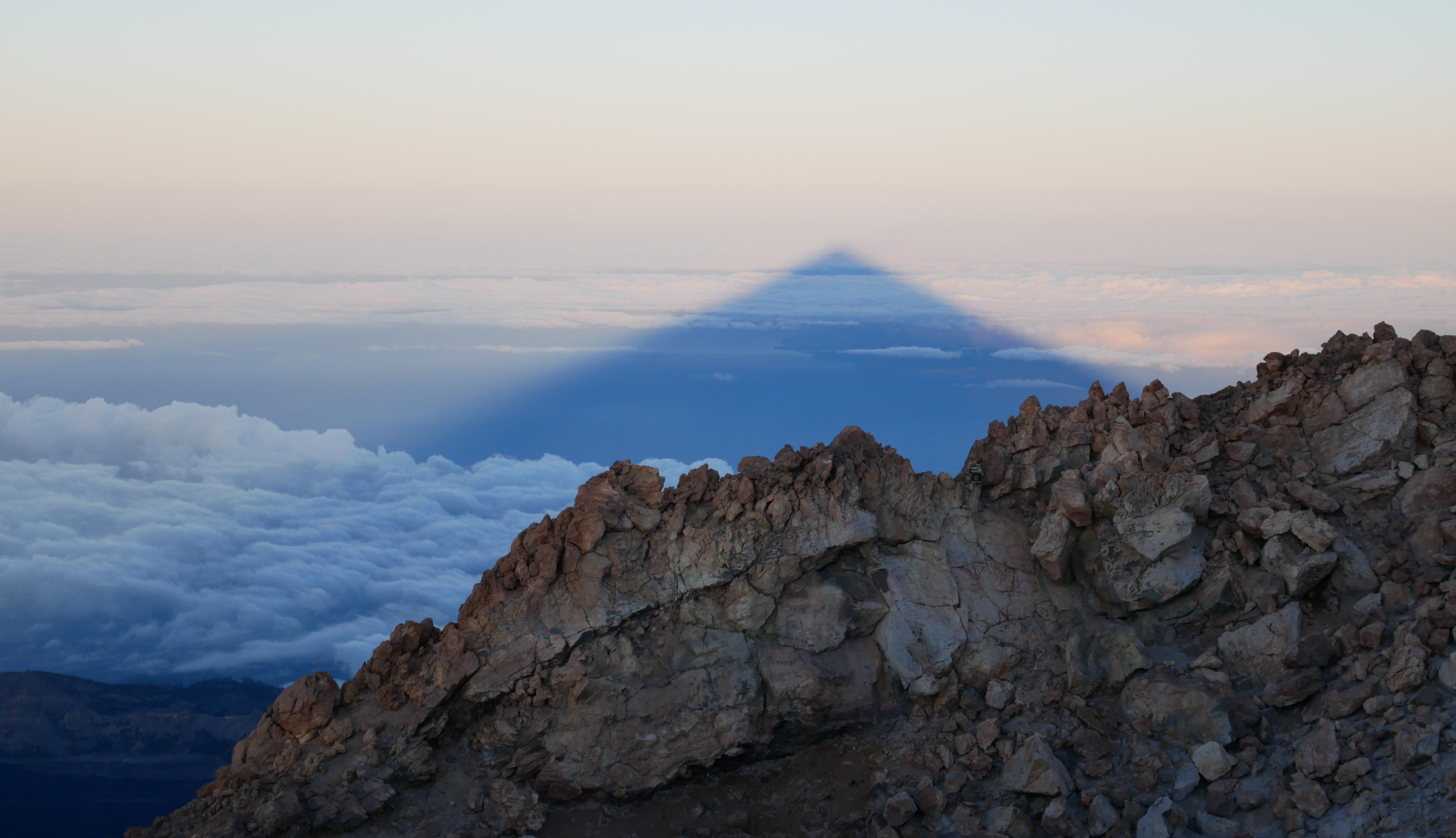 Der Teide wirft einen Schatten beim Sonnenaufgang