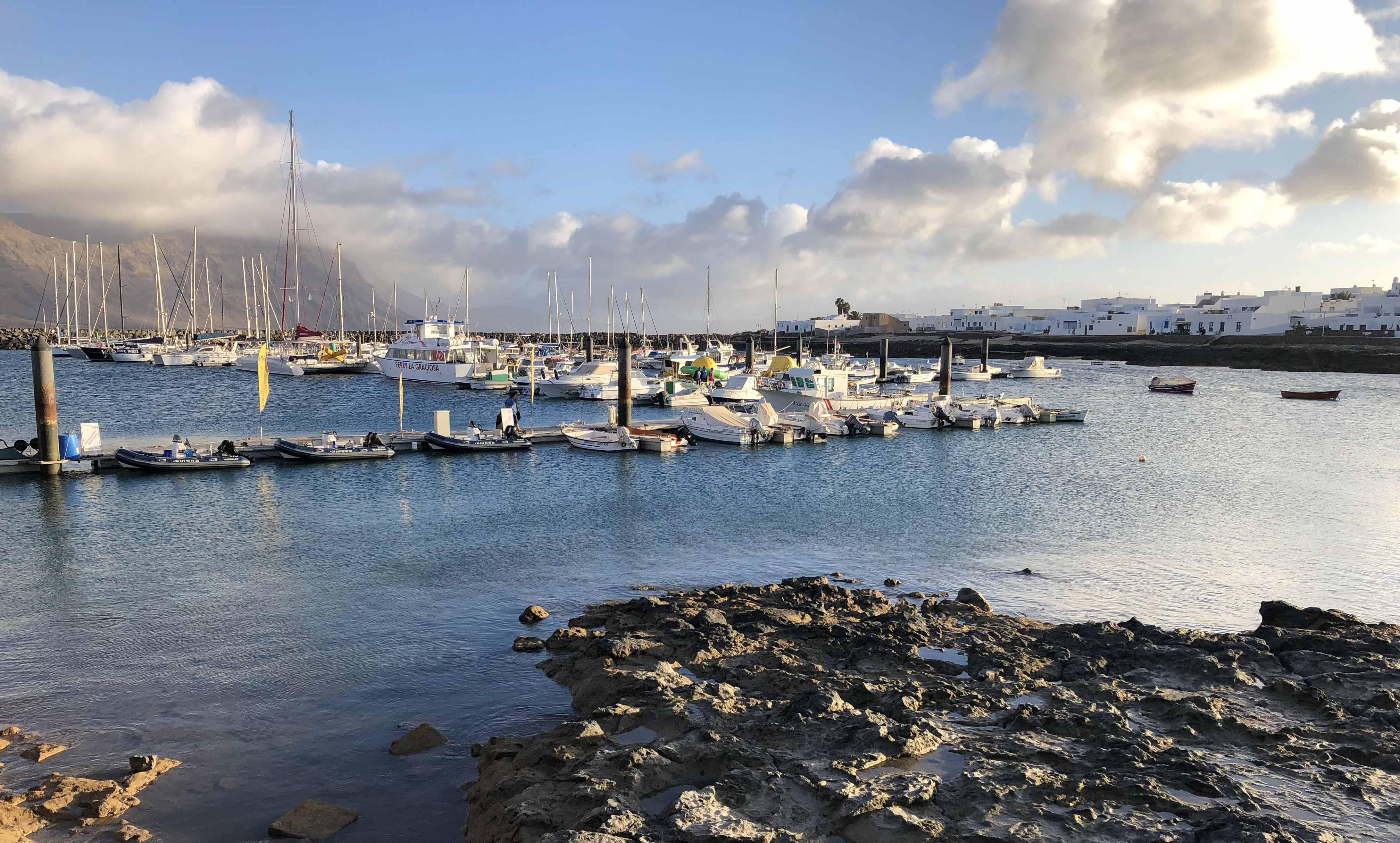 Caleta de Sebo auf La Graiosa ist das Zentrum der kanarischen Insel