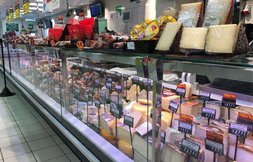 Frischer Käse auf Teneriffa im Supermarkt
