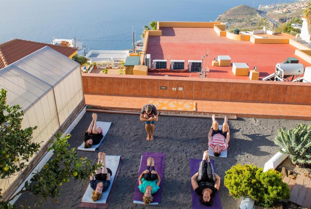 Pilates-Trainer Frank gab eine Stunde im Garten der Villa bei der Workation auf Teneriffa