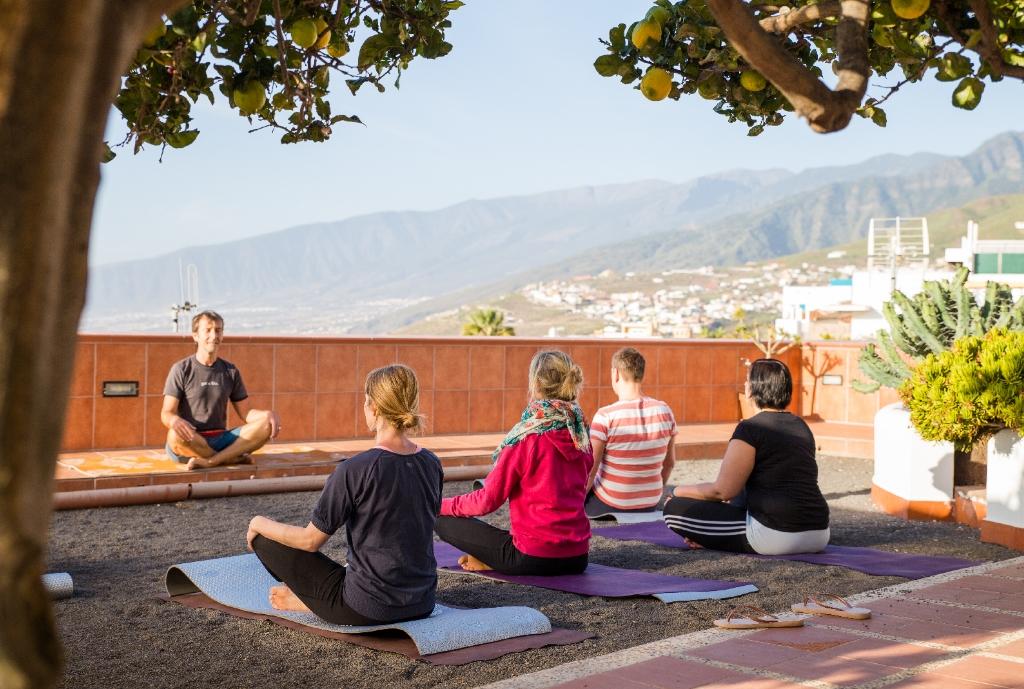 Pilates im Garten bei der Workation auf Teneriffa