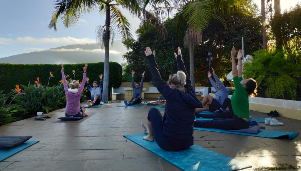 Yoga im Garten bei der Workation Teneriffa